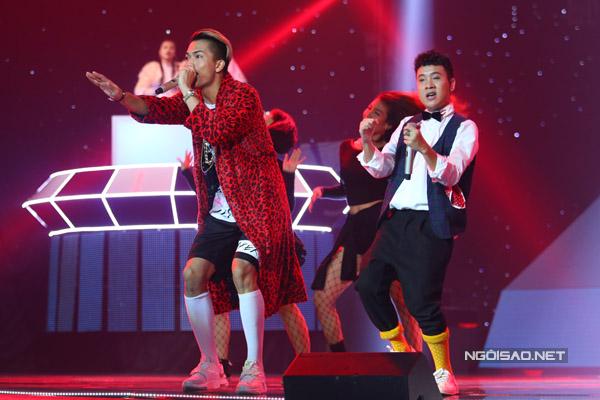 Mở đầu chương trình là phần thi của team Justatee và Big Daddy với liên khúc Forever alone - Nóng khiến không khí sôi động ngay từ những phút đầu tiên.