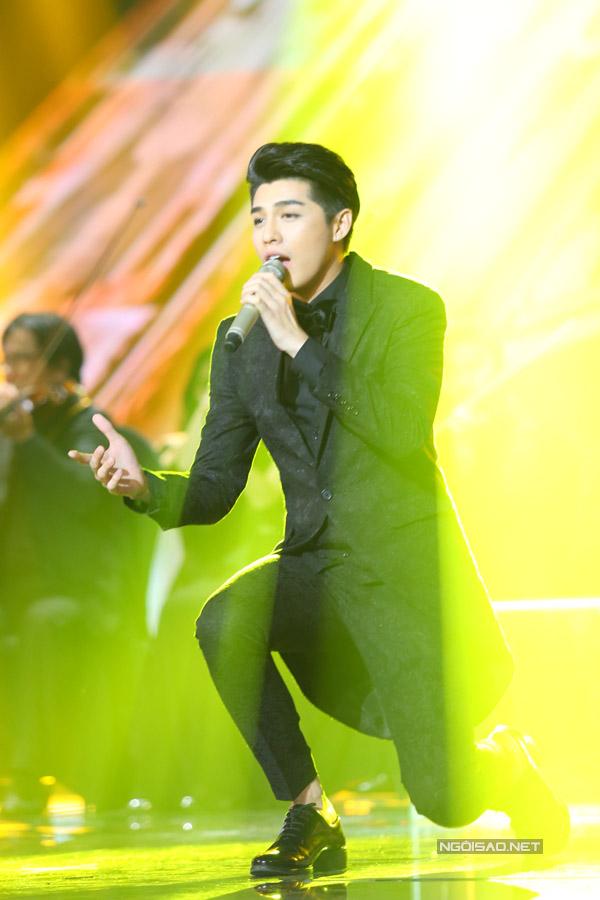 Team Noo Phước Thịnh khép lại liveshow 1 với hit 'Gạt đi nước mắt'. Phần đầu ca khúc nam ca sĩ hát cùng dàn nhạc, khác hẳn phiên bản cũ.