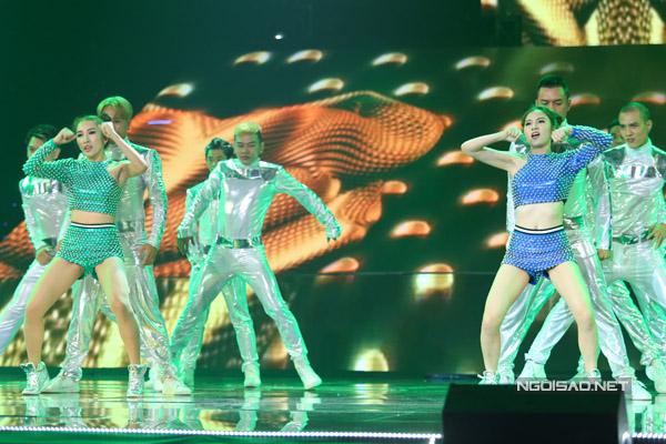 Team Hạnh Sino - Emily trình bày ca khúc 'Cô tấm ngày nay'. Hai 'cô Tấm' biến hóa trên sân khấu khi đang mặc áo tứ thân bất ngờ trở nên sexy.