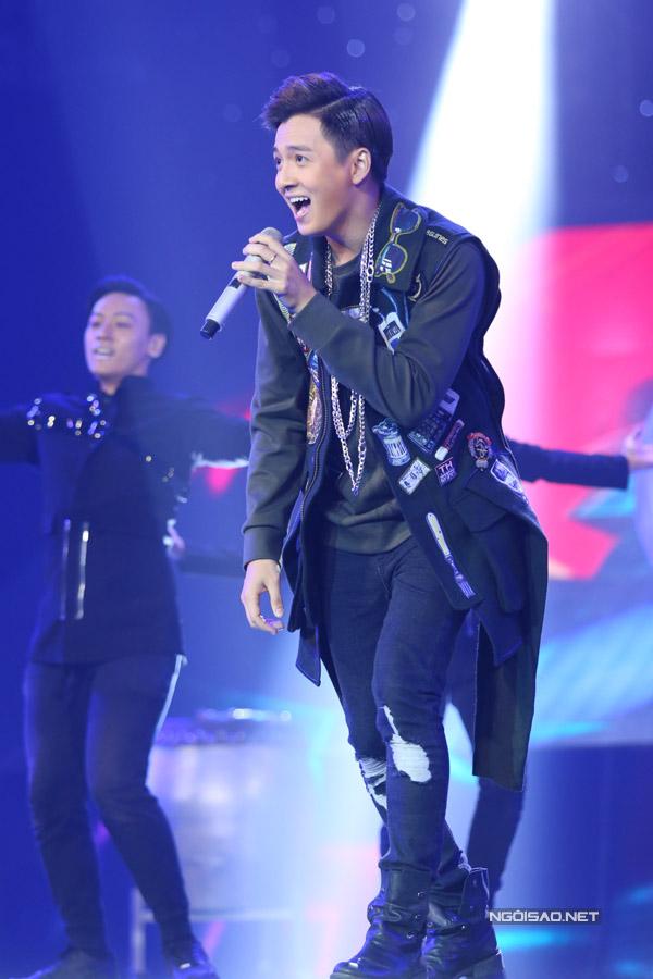 Team Ngô Kiến Huy mang đến liên khúc 'Giả vờ yêu - Say you do' - một hit của chính 'chàng Bắp', còn một hit của Tiên Tiên.