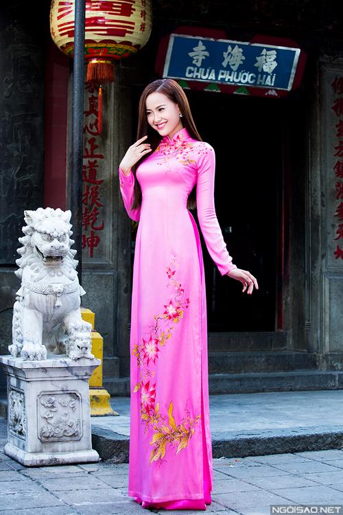 Những mẫu áo dài cưới duyên dáng với họa tiết hoa trẻ trung, sinh động là gợi ý mới mẻ cho co dâu trong mùa xuân.