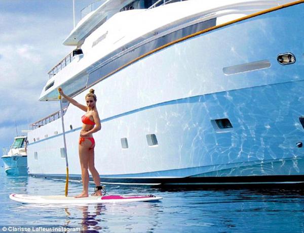 Clarisse Lafleur, 18 tuổi, sống ở New Caledonia, một hòn đảo xinh đẹp thuộc lãnh thổ nước Pháp, hiện theo học ngành kinh doanh tại trường đại học ở Bờ biển vàng, Australia.