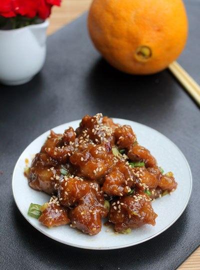 Thịt gà sốt cam với vị ngọt dịu của cam, phần thịt thấm gia vị, thoang thoảng mùi thơm của hạt vừng và vỏ cam, dùng làm món mặn ăn với cơm rất đậm đà.