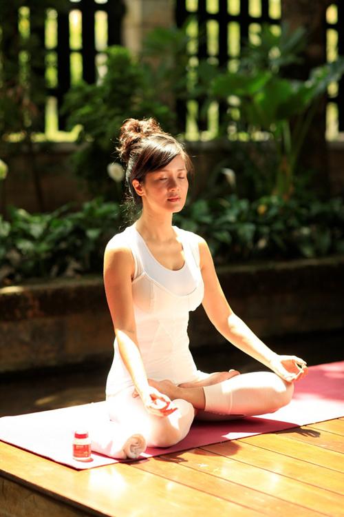my-nhan-viet-giu-dang-nho-yoga-2