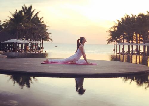 my-nhan-viet-giu-dang-nho-yoga-4