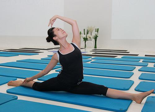 my-nhan-viet-giu-dang-nho-yoga-5