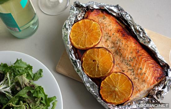 Vị ngọt, thơm của cam thấm vào từng thớ thịt cá hồi đem lại cảm giác thơm ngon, lạ miệng cho bạn.