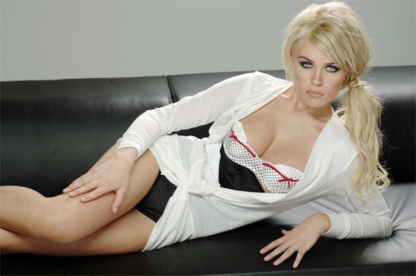 Abbey Clancy khi mới nổi trong làng người mẫu và bắt đầu hẹn hò Crouch.