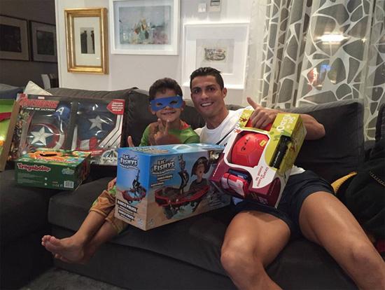 C. Ronaldo tươi cười bên cậu con trai