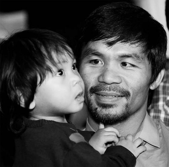 'Làm bố cũng như đấm bốc, cần có sự siêng năng, kỷ luật và trên tất cả là sự kiên định', võ sĩ Pacquiao chú thích cho bức ảnh chụp cùng cậu con trai út Israel.