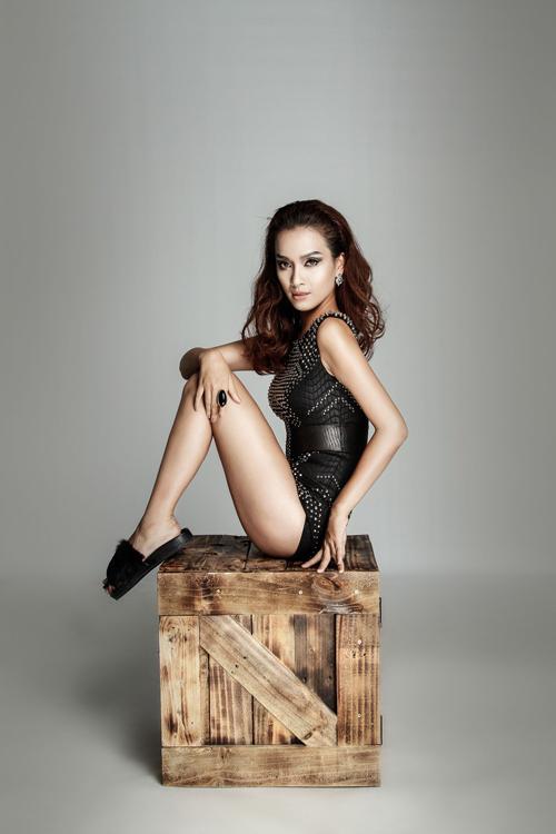 ai-phuong-sexy-voi-trang-phuc-ho-1