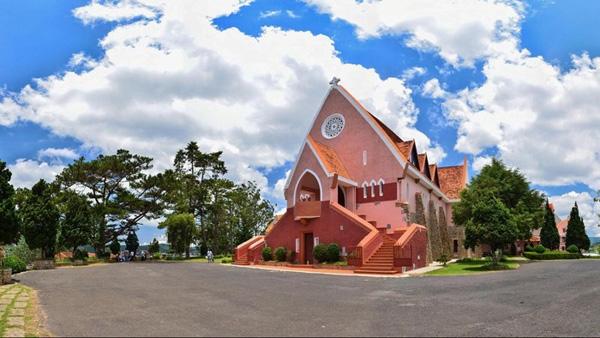 Nhà thờ Domaine De Marie trở thành điểm lý tưởng khám phá Đà Lạt trên cao bởi có tầm nhìn rất thoáng, có thể quan sát toàn cảnh thành phố. Ảnh: Quang Vũ.
