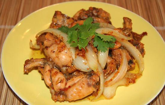 Vị cay nồng của sa tế thấm vào trong từng thớ thịt ếch giúp món ăn bình dị này trở nên hấp dẫn và thơm ngon hơn trong những ngày mưa.