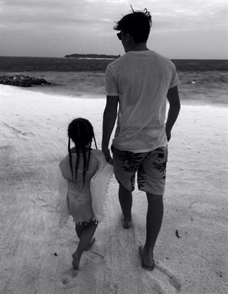 """Trên Instagram hôm qua, Brooklyn gây sốt với bức ảnh nắm tay cô em gái đi dạo trên bãi biển theo phong cách đen trắng yêu thích của chàng trai mê chụp ảnh. """"Thời gian đặc biệt với cô em gái nhỏ của tôi. Yêu em"""", hot boy 16 tuổi viết. Khoảnh khắc ngọt ngào của cậu cả và em út nhà Becks thu hút hơn 500.000 lượt """"like"""" và hàng nghìn bình luận, hầu hết đều nức nở khen Brooklyn là người anh trai tuyệt vời bên cô em gái đáng yêu."""