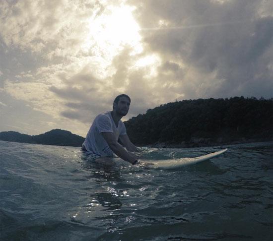 Kaka chơi lướt sóng trong một buổi chiều tà. Anh dùng cụm từ 'Cơn bão Brazil' để miêu tả cho tấm hình này.