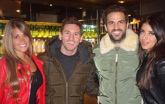 Fabregas và bạn gái Daniella Semaan có buổi đi chơi và ăn tối với Messi và 'nửa kia' Antonella tại Barcelona. Bạn gái Fabregas chú thích 'Với những người thân yêu' cho bức ảnh này.
