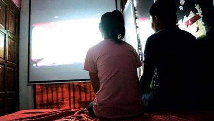Một cặp đôi đang xem phim. Ảnh: Hữu Huy.