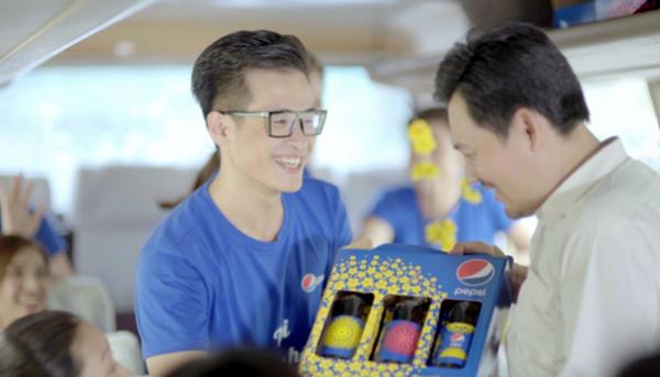 Trong MV, ca sĩ Hà Anh Tuấn tận tay trao nhiều quà tặng cho những người có hoàn cảnh khó khăn đang trên chuyến xe bus về quê đón Tết.
