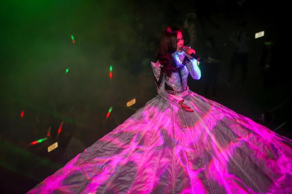 Vừa qua, cô lại tiếp tục gây ấn tượng khi chọn cách độc đáo hơn khi mang đến sân khấu Countdown Party tại tượng đài Lý Thái Tổ vừa qua chiếc váy laser phát sáng có độ dài 12m kỷ lục.