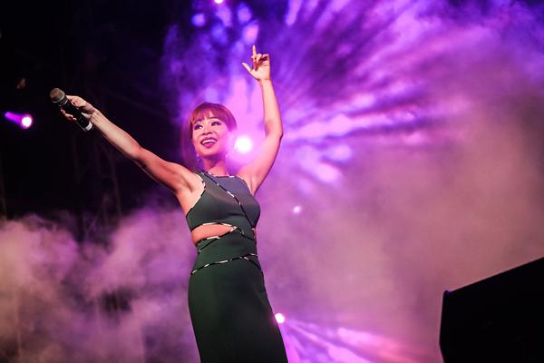 Với Uyên Linh, năm 2016, cô sẽ tiếp tục chuẩn bị cho những dự án âm nhạc mới bên cộng sự - người đồng hành thân thiết Dũng Đà Lạt. Vốn kín tiếng nhưng với những sản phẩm âm nhạc chất lượng và kén show, Uyên Linh hứa hẹn sẽ có những bước tiến vững chắc trong âm nhạc. Tại sự kiện Countdown Party vừa qua, cô ca sĩ Người hát tình ca lại khuấy động lễ hội theo cách rất riêng của mình khi lựa chọn những ca khúc nước ngoài và thể hiện tinh tế nhưng vẫn rất bùng nổ.