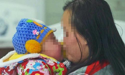 Bố mẹ rao bán con trai 4 tháng tuổi giữa phố