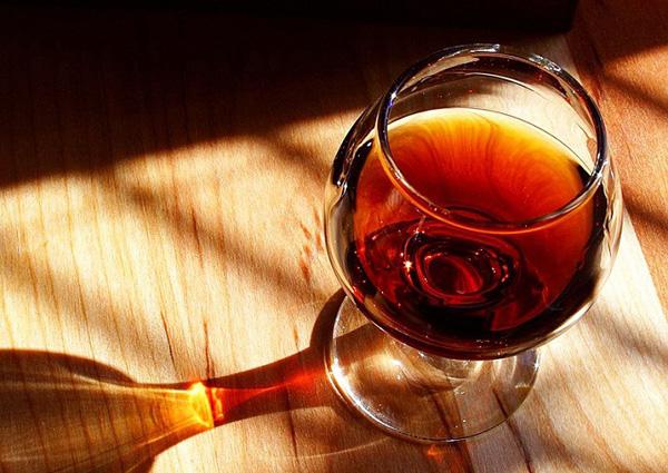 Cùng cạn ly rượu vang thơm nồng bên người thân khiến không gian ngày Tết thêm ấm cúng.