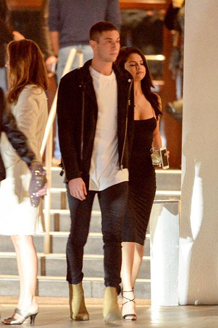 Selena Gomez vừa có buổi tối hẹn hò với Samuel Krost tại khách sạn ở Beverly Hills, California. Cặp đôi ăn tối cùng vài người bạn, sau đó Samuel đưa người đẹp ra về.