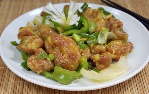 Thịt gà giòn tan, bên ngoài được áo một lớp dứa ăn hơi chua chua, ngọt ngọt, xen lẫn với ớt chuông và hành tây, làm món mặn ăn với cơm lạ miệng và hấp dẫn.