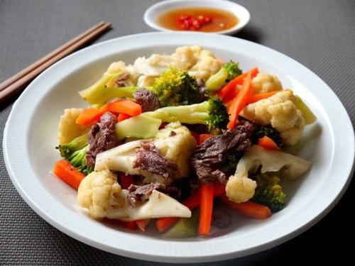Thời tiết vào hè rất cần một bữa cơm có nhiều rau xanh, hãy thử với súp lơ xào thịt bò nhé, rất ngon và bổ dưỡng đấy các bạn.
