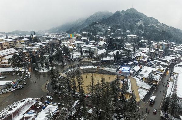 Từ đêm 24/1, tuyết bắt đầu rơi ở Sa Pa (Lào Cai), khác với những lần trước, tuyết chỉ rơi trong vài tiếng ngắn ngủi, lần này, tuyết rơi khá dày và thời gian cũng kéo dài hơn nên nhiều du khách kịp di chuyển từ Hà Nội lên Sa Pa. Ảnh: Giang Huy.
