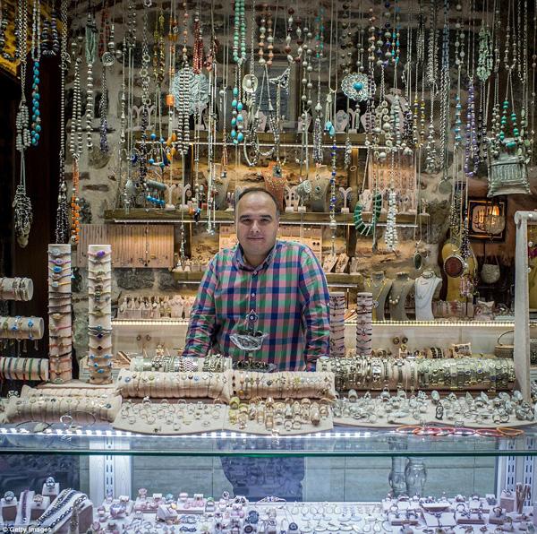 Bạn sẽ dễ dàng tìm thấy nhiều cửa hang trang sức quý giá, đẹp như thế này trong chợ Grand Bazaar.
