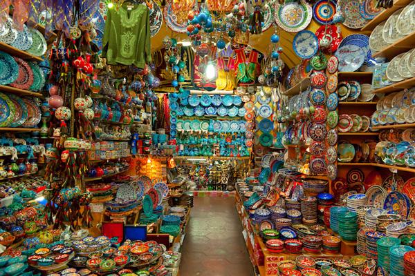 Đến Grand Bazaar, bạn như choáng ngợp trước vô vàn những món đồ gốm xứ tinh xảo.