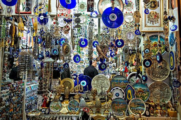 Ngoài gốm xứ, đồ nghệ thuật, bản in, thư pháp, các bức tiểu họa,&cũng được bán khá nhiều.