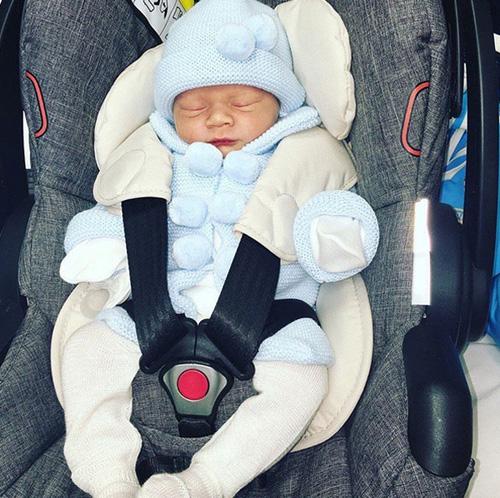 Một ngày sau khi sinh con, Coleen và bé Kit đã trở về nhà. Ảnh: Sun.