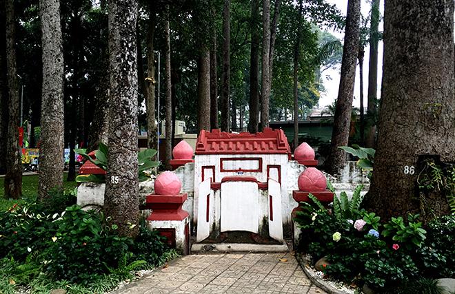 Lăng mộ cổ trong công viên bị đồn có ma giữa Sài Gòn