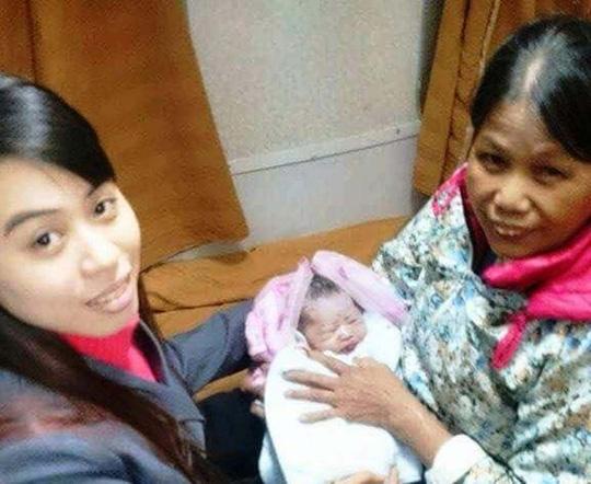 Tiếp viên Trương Thị Yến Trâm (người phụ đỡ đẻ) và bà ngoại của cháu bé.