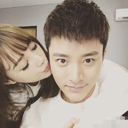 Sáng sớm 28/1, Giả Nãi Lượng đã chia sẻ lên trang Weibo cá nhân bức ảnh tình tứ của mình và vợ. Cặp đôi nổi tiếng của showbiz Hoa ngữ vẫn hạnh phúc như thuở đầu mới quen.