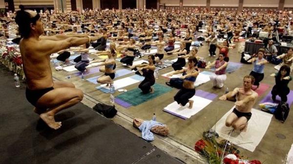Thầy yogaBikram Choudhury đang hướng dẫn cho các học viên trong lớp mình. Ảnh: AP