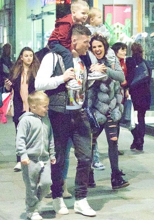 Bạn trai mới của cựu hoa hậu Anh rất thân thiết với ba con riêng của cô. Ảnh: YT.