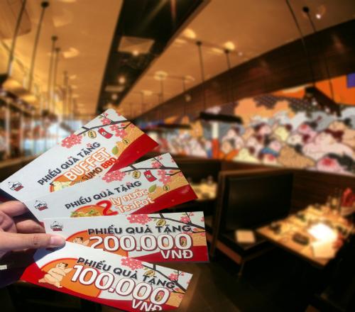 Nhân dịp này, SumoBBQ mang đến ưu đãi lớn cho khách hàng sử dụng dịch vụ tại nhà hàng với cơ hội bốc thăm trúng thưởng 100% với thẻ G-People. Với mỗi hóa đơn từ 1,5 triệu, bạn được nhận voucher miễn phí một suất buffet SumoBBQ cùng hàng nghìn voucher trị giá 100.000 đồng và 200.000 đồng.