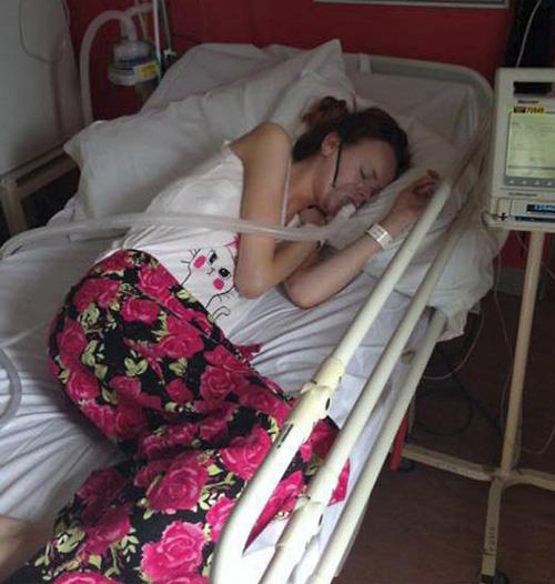 Fan nữ tuổi teen nằm trên giường bệnh, vẫn chờ được cấy ghép phổi.