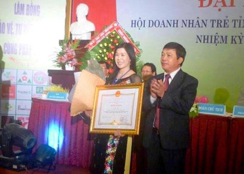 Khi còn sống, bà Hà Linh nhận rất nhiều bằng khen trong việc phát triển ngành trà. (Ảnh từ trang cá nhân bà Hà Linh)