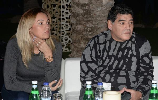 Vì yêu một cô gái trẻ, Maradona