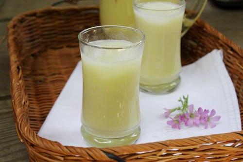 Đậu xanh thơm mát, khi dùng bạn pha thêm sữa tươi thêm vài viên đá lạnh là đã có món nước giải khát dành cho gia đình vừa ngon vừa bổ.