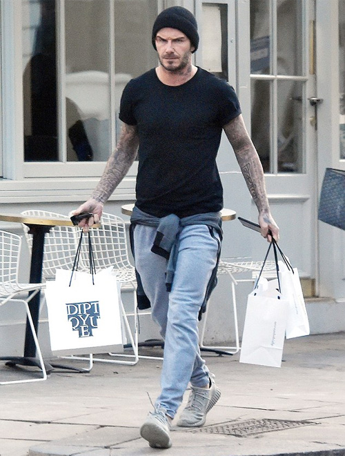 Becks mặc đồ trẻ trung đi mua sắm hôm 2/2.