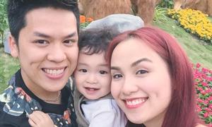 Con trai Diễm Hương thích thú theo bố mẹ du xuân