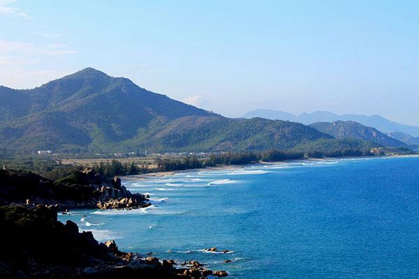 Biển Bình Tiên hoang sơ đẹp đến nao lòng và sẽ là điểm cắm trại, ngắm bình minh rất tuyệt. Ảnh: Vĩnh Hy.