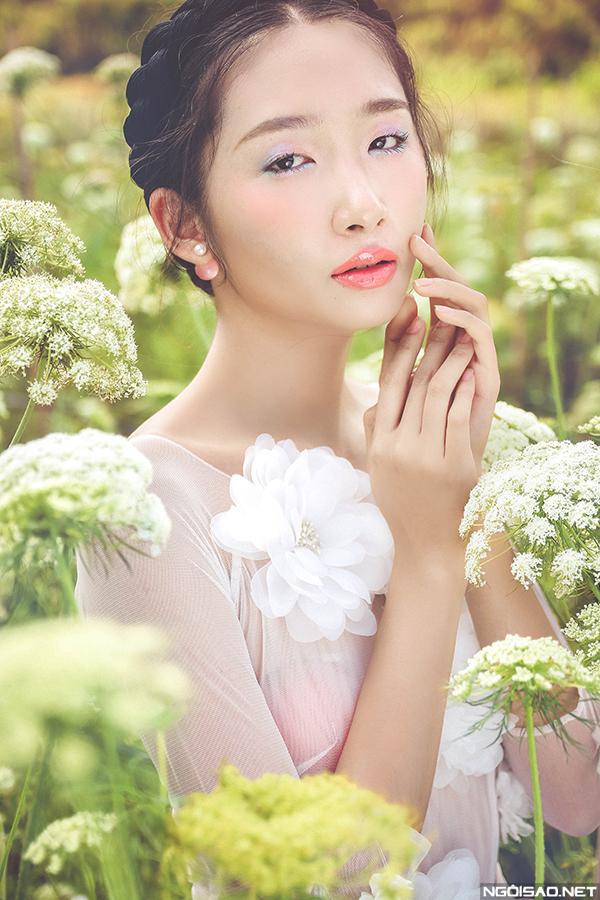 Thanh Khoa làm cô dâu mong manh giữa cánh đồng hoa