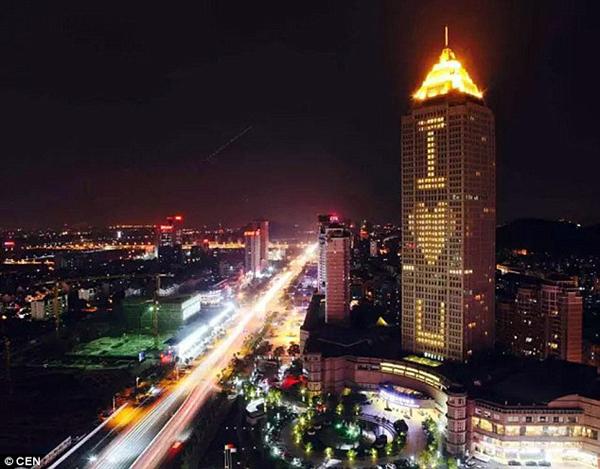 Ngày 14/2, ông Qiao Weiwei, sống ở Hàng Châu, tỉnh Chiết Giang, quyết định thuê một tòa nhà chọc trời kinh doanh khách sạn trong thành phố để gửi lời yêu thương đến người vợ 83 tuổi của mình