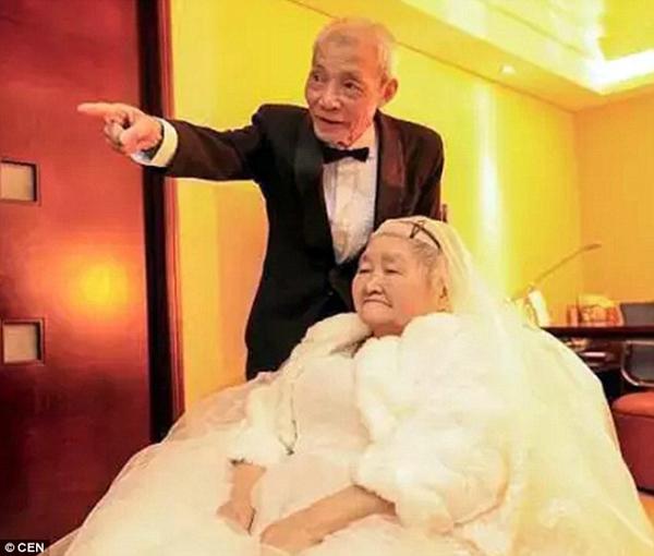 Ông Qiao mặc áo vest bảnh bao trong khi vợ ông, bà Liu Shixiu, diện váy cưới trắng tinh để cùng nhau ăn mừng ngày đặc biệt này. Cặp vợ chồng già cho biết họ chưa bao giờ làm điều gì lãng mạn hay nói yêu nhau. Lúc kết hôn, cả hai cũng không được diện ăn mặc bảnh bao hay có một hôn lễ tử tế.